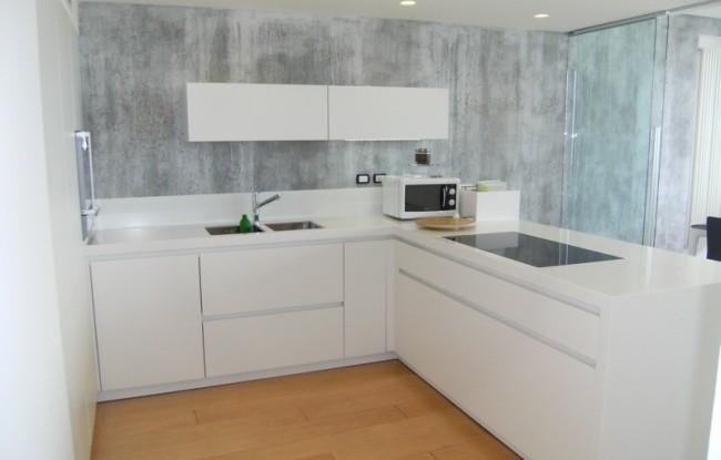 cucina-piano-corian-parete-effetto-cemento